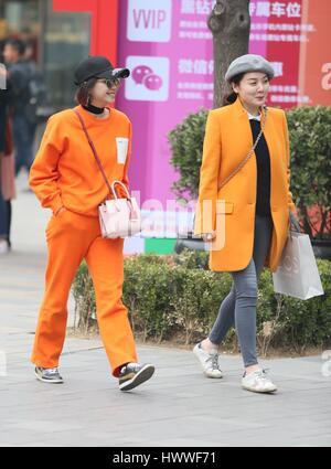 Beijin, Beijin, Cina. 23 Mar, 2017. Due ragazze di pulcino a piedi lungo la strada di Sanlitun, Pechino del fashion hub, marzo 23rd, 2017. Credito: SIPA Asia/ZUMA filo/Alamy Live News