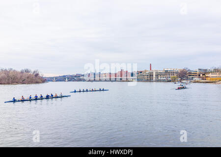 Washington DC, Stati Uniti d'America - 20 Marzo 2017: persone canottaggio sul fiume Potomac su molte barche con Foto Stock