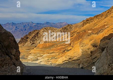 Questa è una vista guardando verso il basso verso la bocca del Mosaico Canyon nel Parco Nazionale della Valle della Foto Stock