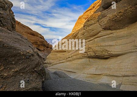 Questa guarda in basso di uno slot lungo il sentiero in mosaico canyon del Parco Nazionale della Valle della Morte, Foto Stock