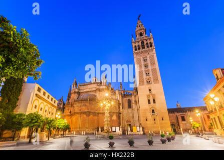 Siviglia, Spagna. Cattedrale di Santa Maria del vedere con la Giralda e la torre campanaria. Foto Stock