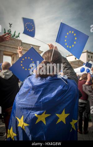 """Berlino, Germania 25 Mar, 2017 Gli europei si riuniscono presso il 'Marco per l'Europa"""", la Porta di Brandeburgo, Berlino, Germania. Il sessantesimo anniversario della firma dei Trattati di Roma una decina di migliaia di persone hanno marciato in tutta Europe città principali a sostegno dell'Unione europea. Credito: Craig Stennet/Alamy Live News"""