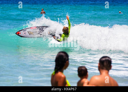 Giovani surfer vicino Lopes Mendes beach. Ilha Grande, RJ, Brasile. Foto Stock