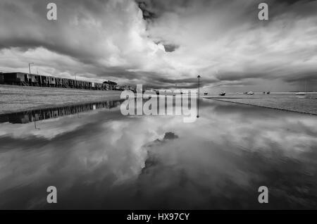 Thorpe Bay Beach pool di marea riflessioni, Southend on sea Foto Stock