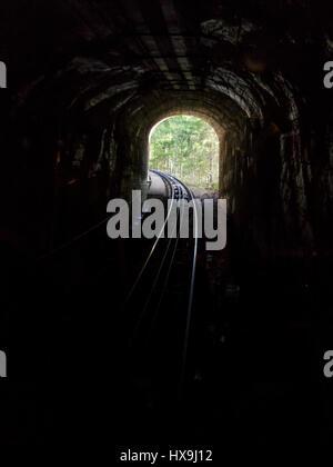 Dark, non illuminato galleria ferroviaria del vecchio ripida funicolare tra Schlattli e Stoos, nella Svizzera centrale. Foto Stock