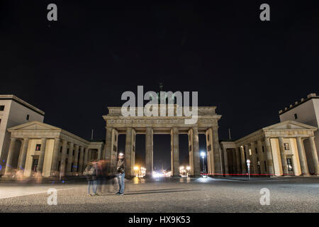 "Berlino, Germania. 25 Mar, 2017. La Porta di Brandeburgo è accesa fino poco prima di ""Earth Hour' a Berlino, Germania, Foto Stock"