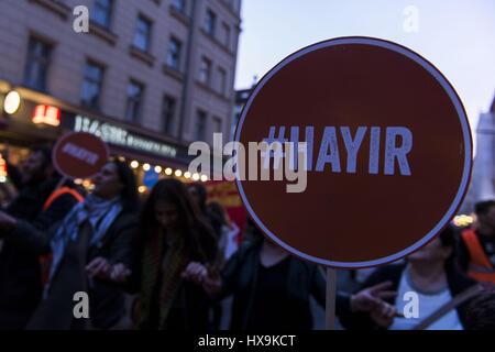 Berlino, Germania. 25 Mar, 2017. Gli avversari di Recep Tayyip Erdogan, Presidente della Turchia, tenendo cartelli con la scritta '#Hayir'. Diverse centinaia di persone nel rally Berlin Neukoelln e Kreuzberg, i manifestanti damand un no nel referendum costituzionale in Turchia, dove i turchi che vivono in Germania sono ammessi alla votazione. Credito: Jan Scheunert/ZUMA filo/Alamy Live News