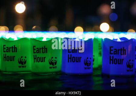 """Berlino. 25 Mar, 2017. Foto scattata il 25 marzo 2017 mostra luci con parole """"Earth Hour' collocati sul terreno per la messa a terra annuale ore di evento a Berlino, capitale della Germania. Credito: Shan Yuqi/Xinhua/Alamy Live News"""