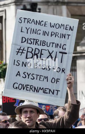 Londra, Regno Unito. 25 Mar, 2017. Gli attivisti di rimanere nell'Unione europea prendere parte nel mese di marzo Foto Stock