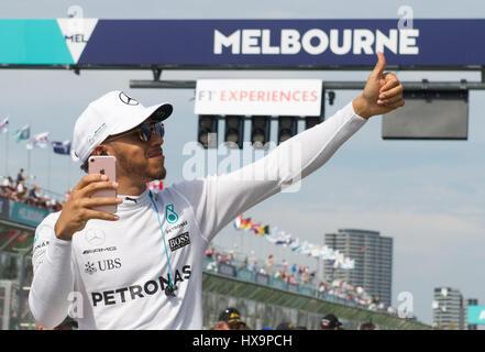 Melbourne, Australia. 26 Mar, 2017. Driver Mercedes Lewis Hamilton di Bretagna assiste il conducente sfilano davanti alla Australian Formula One Grand Prix all'Albert Park, il circuito di Melbourne, in Australia il 26 marzo 2017. Credito: Bai Xue/Xinhua/Alamy Live News