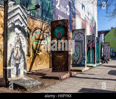 Colorata del muro di Berlino in un frammento di Berlino, verniciato di sezione del muro di Berlino, Mauer Foto Stock