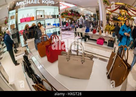 e7b3e6ac91 ... Shoppers sfoglia Michael Kors borsette in Macy's Herald Square flagship  store di Domenica, 26 marzo