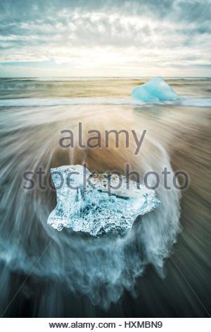 Il ghiaccio sulla spiaggia vicino a Jokulsarlon lagunare nel sud dell'Islanda Foto Stock