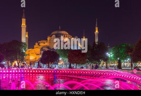 Vista notturna della fontana illuminata e Moschea blu, Sultanahmet, Istanbul, Turchia Foto Stock
