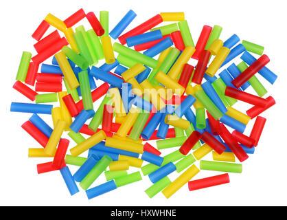 Caos multicolore disordine concetto - cumulo di scarti di plastica pezzi di cannucce per cocktail con un diametro Foto Stock