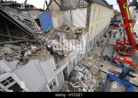 Dortmund, Germania. 1 apr, 2017. Gru a stare di fronte ad un edificio con appartamenti che era stato distrutto in un'esplosione il giorno precedente a Dortmund, Germania, il 1 aprile 2017. Una persona è morta in esplosione dell'edificio. Forze di soccorso ha trovato il corpo di un 36-anno-vecchio residente Femmina il Sabato mattina. Un 48-anno-vecchio inquilino è sospettato di aver causato l'esplosione per motivi sconosciuti. Foto: Bernd Thissen/dpa/Alamy Live News Foto Stock