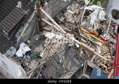 Dortmund, Germania. 1 apr, 2017. Vista dei piani superiori di un palazzo di appartamenti che sono state distrutte in un'esplosione il giorno precedente a Dortmund, Germania, il 1 aprile 2017. Una persona è morta in esplosione dell'edificio. Forze di soccorso ha trovato il corpo di un 36-anno-vecchio residente Femmina il Sabato mattina. Un 48-anno-vecchio inquilino è sospettato di aver causato l'esplosione per motivi sconosciuti. Foto: Bernd Thissen/dpa/Alamy Live News Foto Stock