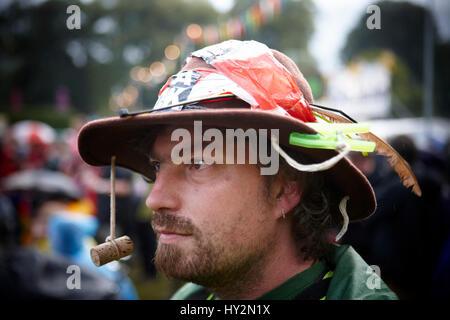 ... Uomo che indossa un marrone cappello fatti a mano  a6e8a7f666a8