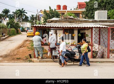 L'Avana, Cuba - 14 Gennaio 2016: tipica scena per le strade di La Habana, piccolo negozio privato bancarella vendendo Foto Stock