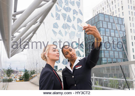 Norvegia, Oslo, hostess tenendo selfie Foto Stock
