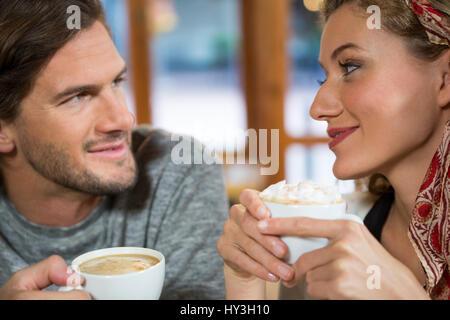 Close-up romantica di coppia giovane avente caffè nella caffetteria Foto Stock