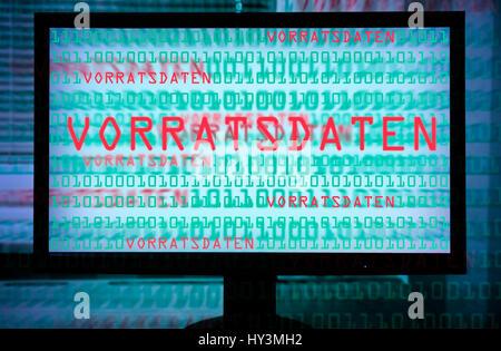 Il monitor di un computer con un codice numerico e corsa i dati di stock, conservazione dei dati Computermonitor Foto Stock