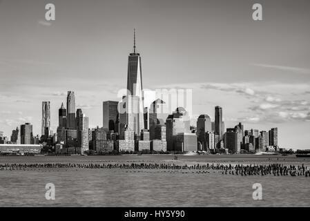 New York City Financial District grattacieli al tramonto con il fiume Hudson in bianco e nero. Inferiore dello skyline Foto Stock