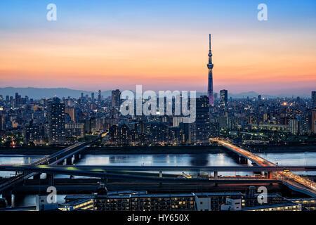 Giappone, isola di Honshu, Kanto, Tokyo, il tramonto sopra la città. Foto Stock