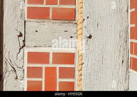 Travi di legno su una casa in legno e muratura muro