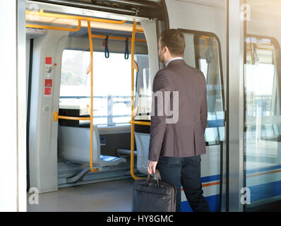 Imprenditore commuter in viaggio per la stazione della metropolitana Foto Stock