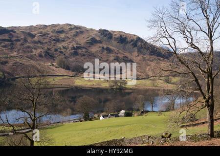 Loughrigg cadde riflessa in Rydal acqua dalla bara rotta, Cumbria, England, Regno Unito Foto Stock