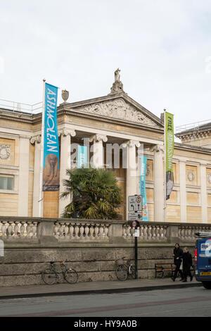 La facciata Pedimented dell'Ashmolean Museum di Oxford, Inghilterra, Regno Unito. Foto Stock