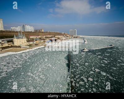 Antenna fuco immagine del mar nero congelato a 12 stazione spiaggia in Odessa Ucraina. Foto Stock