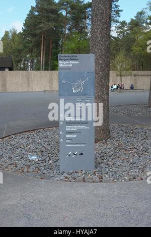 Germania, Bassa Sassonia, Bergen Belsen, informazioni post all'ingresso del campo di concentramento Memorial. Foto Stock