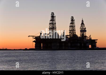 Acque profonde di carri di perforazione temporaneamente in storage, tramonto, Harbour Island, Canyon, porto Arius petroleum Aransas.