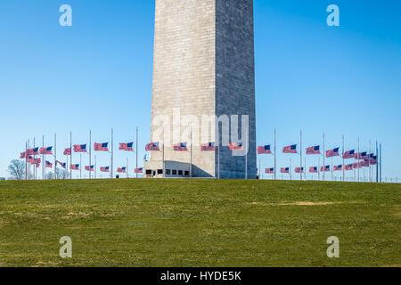 Molti americani bandiere sventolano al Monumento di Washington - WASHINGTON, STATI UNITI D'AMERICA Foto Stock