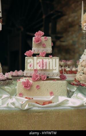 Torta di nozze nella sala banchetti Foto Stock