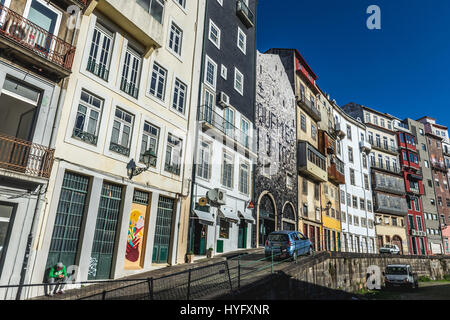 Fila di tenement case sulla strada di Madera in Santo Ildefonso parrocchia civile della città di Porto, la seconda Foto Stock