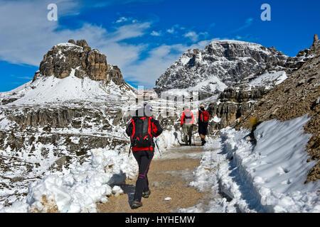 Gli escursionisti sulla coperta di neve sentiero escursionistico delle Tre Cime di Lavaredo circolare a piedi, Dolomiti Foto Stock