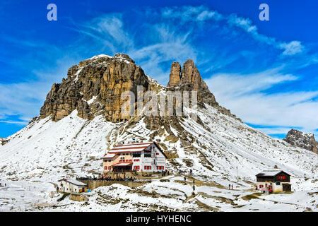 Tre merlato capanna Rifugio rifugio Locatelli, davanti al coperto di neve Sextener picco Stein e Torre di Toblin, Foto Stock