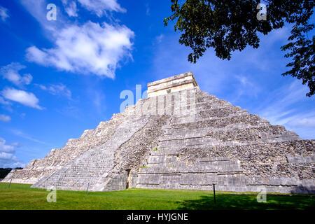 Vista panoramica della piramide Maya El Castillo a Chichen Itza, Messico Foto Stock