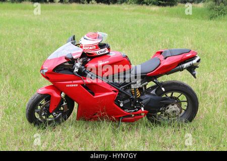 Rustenburg, Sud Africa - 3 Marzo 2017: parcheggiato rosso Ducati 1198 moto su erba verde a massa annuale della corsa Foto Stock