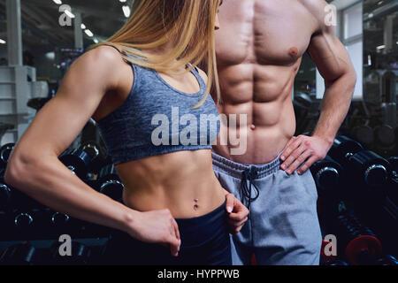 Uomo Forte e una donna sono in posa con splendidi corpi. Foto Stock