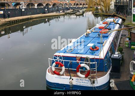 Chiatta ormeggiata a Camden Lock, London, England, Regno Unito Foto Stock