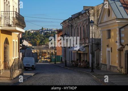 Stretta viuzza acciottolata nella città vecchia di kamianets-podilski ucraina. La città è famosa per il suo castello Foto Stock