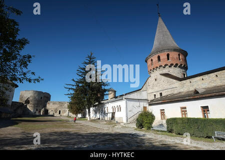 Cortile interno e torre di kamianets-podilskyi castello in Ucraina occidentale. shot su una bella giornata autunnale Foto Stock