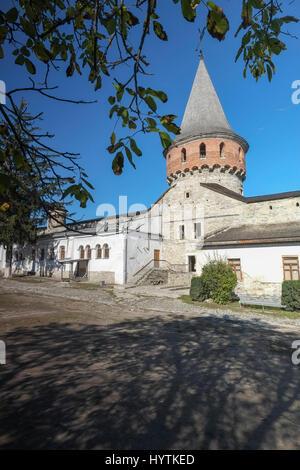 Cortile interno e torre di kamianets-podilskyi castello in Ucraina occidentale. shot su una bella giornata autunnale Foto Stock