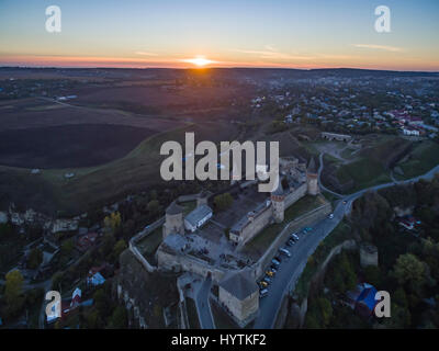 Riprese aeree verso un tramonto dietro kamianets-podilskyi castello in Ucraina occidentale. prese su una chiara Foto Stock