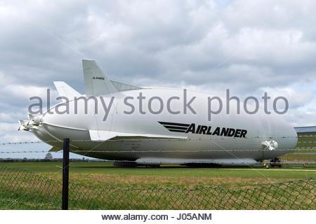 Cardington, UK. 10 Aprile, 2017. Ibride veicoli aria' Airlander 10 dirigibile sottoposti a controlli di manutenzione Foto Stock