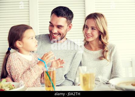 La famiglia felice di cenare al ristorante o bar Foto Stock